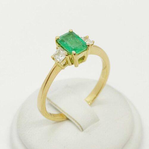 Anello in oro giallo con smeraldo